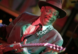 A gitárosok krémje koncerttel emlékezik Hubert Sumlinra