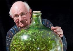 Negyven éve él víz nélkül egy palackba zárt pletyka